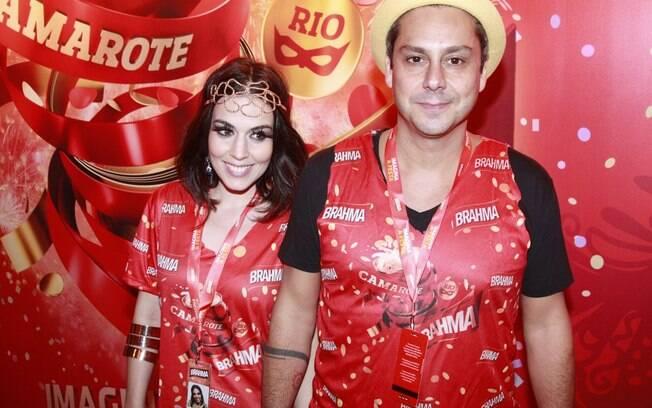 Alexandre Nero e a namorada chegaram cedo no primeiro dia de desfiles do Rio de Janeiro