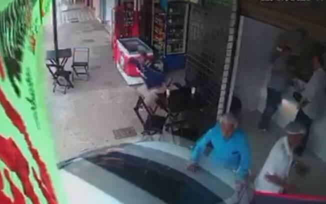 Ele saía de uma lanchonete quando o veículo invadiu o local, atropelando o homem