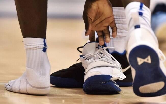 Zion Williamson se machucou depois que seu tênis da Nike rasgou