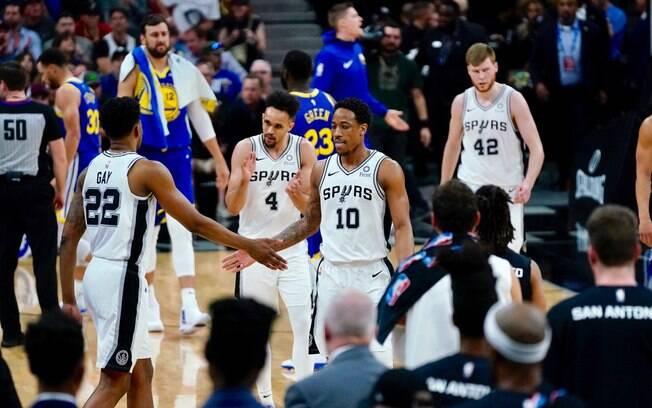 Franquia de San Antonio bateu o rival em casa e somou a nona vitória seguida nesta rodada da NBA
