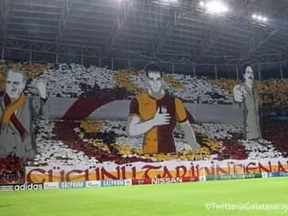 Atrás do gol da Turk Telekom Arena, foram erguidas placas com as cores do clube para formar o escudo da equipe, enquanto se levantava três grandes figuras no meio da torcida