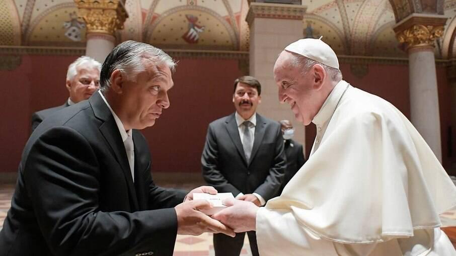 Papa Francisco cumprimenta o premier húngaro Viktor Orbán em rápida visita à Hungria