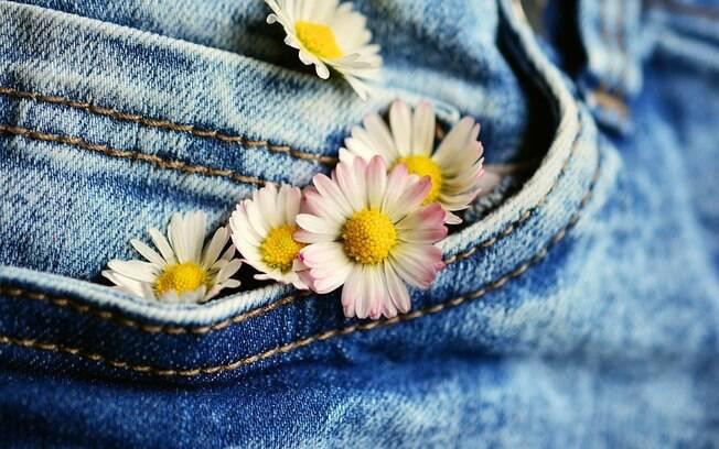 Prender flores na roupa também é uma ótima forma de se produzir para o Carnaval