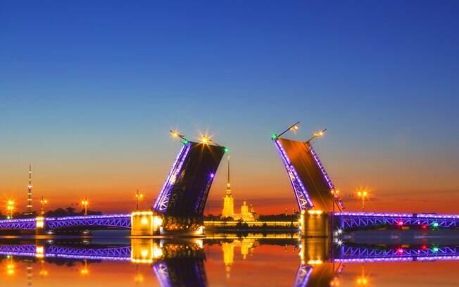 A Ponte do Palácio é outra das pontes famosas levadiças, sempre contando com o espírito festeiro dos visitantes