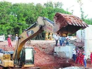 Análises. Peritos e funcionários da Cowan acompanharam as escavações em torno do pilar que cedeu