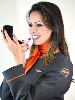 Marli Soares, comissária de bordo da Gol, aconselha não dispensar o filtro solar, mesmo dentro do avião