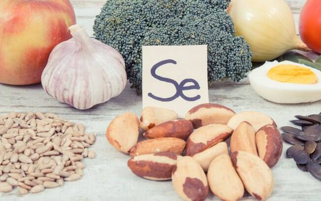 Sais minerais essenciais: o selênio atua como antioxidante, sendo encontrado em carnes, frutos do mar e grãos