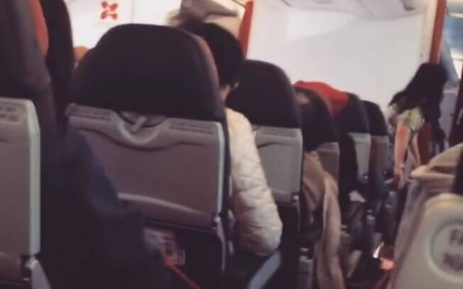 O avião da AirAsia balançou em todo o caminho de volta, por volta de duas horas, segundo testemunhas