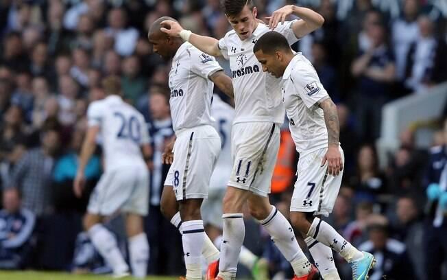 Gareth Bale é cumprimentado pelos  companheiros após marcar o gol da vitória sobre o  Sunderland