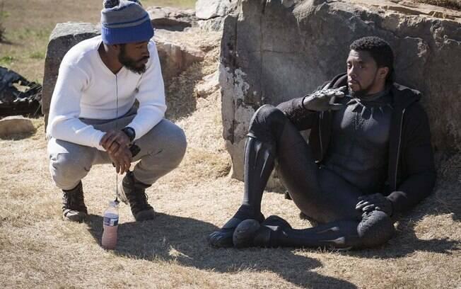 Ryan Coogler dirige Chadwick Boseman no set de Pantera Negra
