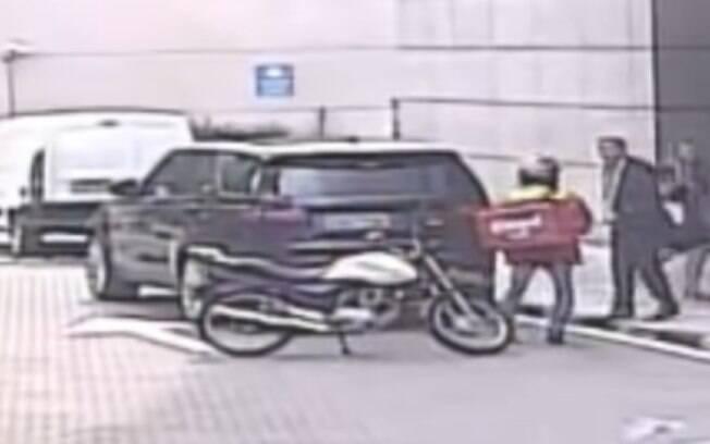 Câmeras do circuito interno de um empresarial registraram o momento em que o homem disfarçado de entregador tentou realizar o assalto.
