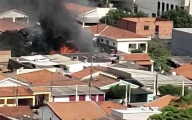 Incêndio atinge fundo de residência em Americana