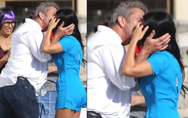 Mel Gibson beija morena desconhecida em frente à sua casa de praia em Santa Mônica