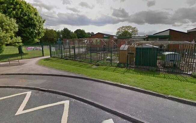 Escola na Inglaterra separa alunos entre 'pobres e ricos' depois de pedido de pagamento de equipamentos esportivos
