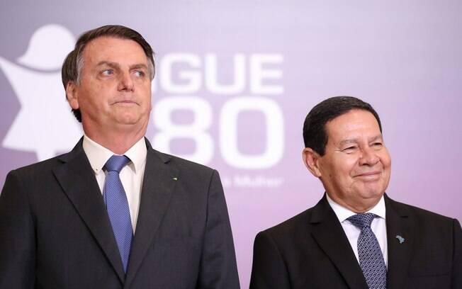 Bolsonaro e Mourão lado a lado. Bolsonaro sério e Mourão sorrindo