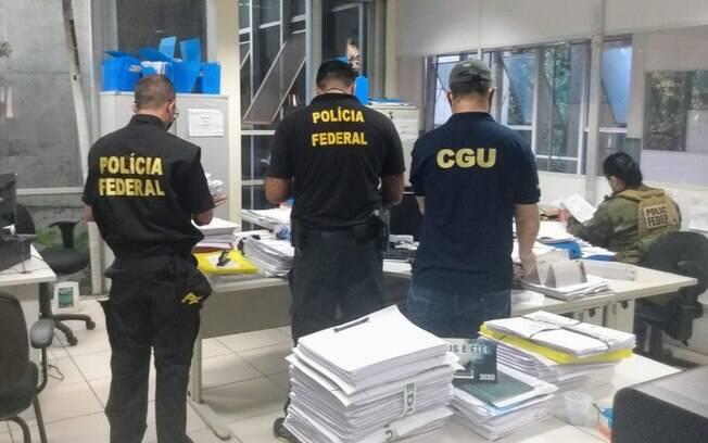 Policiais federais durante as buscas na sede da Secretaria Estadual de Educação, em Teresina