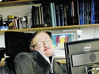 Cientista. Portador da doença Lou Gehrig, Hawking tem mobilidade reduzida