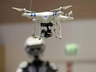 Drone com câmera voa em feira na Alemanha
