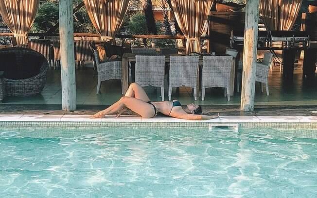 Kelly Key aproveita viagem para a Angola com a família para curtir uma piscina, renovar o bronze e sensualizar de biquíni