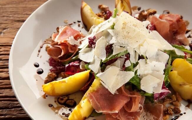 Foto da receita Salada de rúcula, pêssego fresco, presunto cru e parmesão pronta.