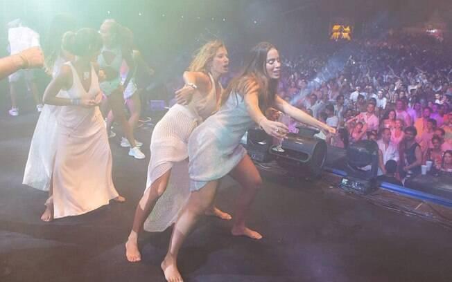Anitta se divertiu durante apresentação na noite de ano novo