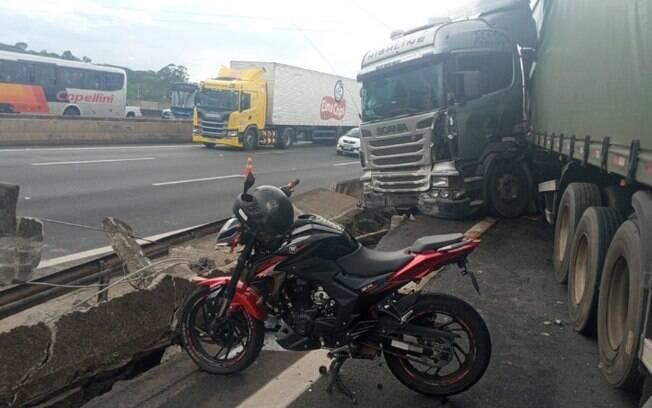 Motociclista fica em estado grave aps acidente com carreta
