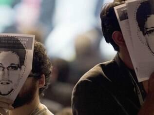 Ativistas usaram máscaras de Edward Snowden na abertura da NetMundial