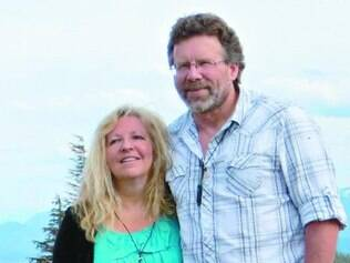 Casal Scott e Julie Brusaw arrecadou mais de US$ 1 milhão para o projeto