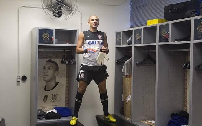Fábio Santos se prepara para o Harlem Shake  nos vestiários do CT