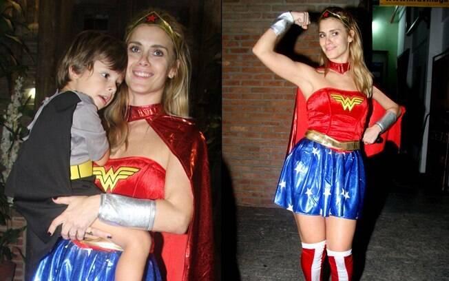 De Mulher Maravilha, Carolina Dieckmann com o filho José no colo