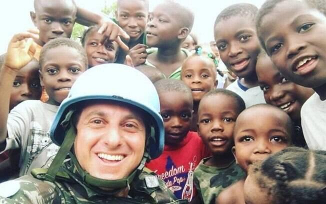 Luciano Huck durante visita ao Haiti