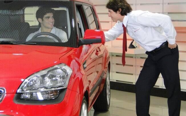 Antenor compra o carro escondido da mãe, Griselda