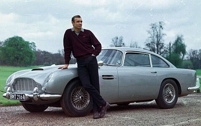Sean Connery, o primeiro James Bond, conquistava as telas com o seu Aston Martin DB5 super equipado