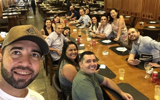 Edyr Vaqueiro faz selfie com jornalistas após coletiva no Grill Hall