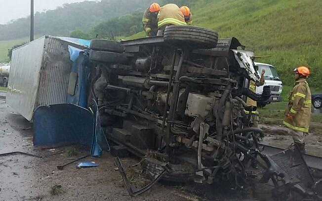Acidente ocorreu na rodovia Rio-Santos, sentido Rio, na altura do Trevo de Itacuruçá, em Mangaratiba