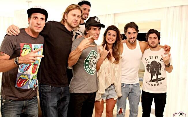 Marcos Mion e Thaila Ayala gravam clipe com a banda Aliados