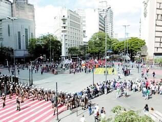"""Novela. PM e ativistas se """"enfrentam"""" novamente hoje, a partir das 10h, na praça Sete, onde no dia 12 (foto) deste mês começou o ato que terminou com vandalismo"""