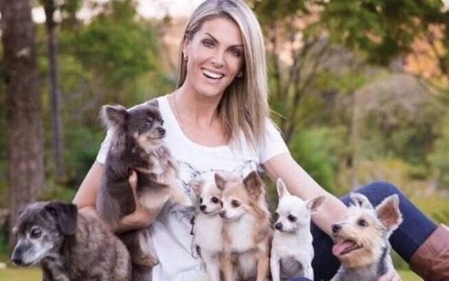 Ana Hickman faz parte das celebridades que amam cães, tendo 20. Sua mansão conta com um canil e uma clínica veterinária