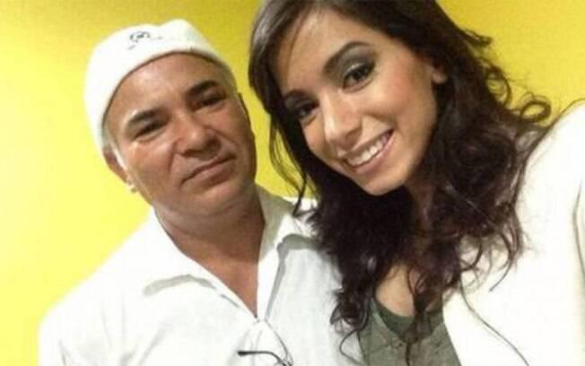 O pai de santo Sérgio Pina estaria chateado com Anitta