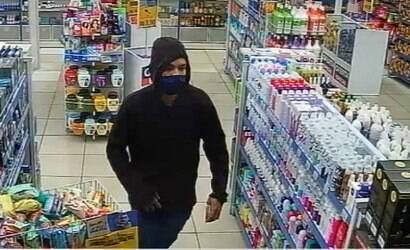 Jovem é preso por assaltar farmácia com arma falsa