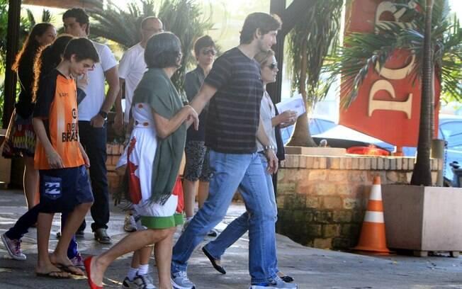 Adriana Esteves e Vladimir Brichta almoçaram com a família em churrascaria do Rio