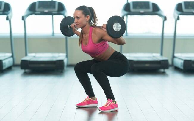 Exercícios para o leg day: agachamento com barra