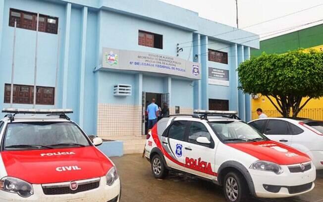 Homem acusado de abusar de menino de 13 anos foi levado para a Delegacia Regional de São Miguel dos Campos