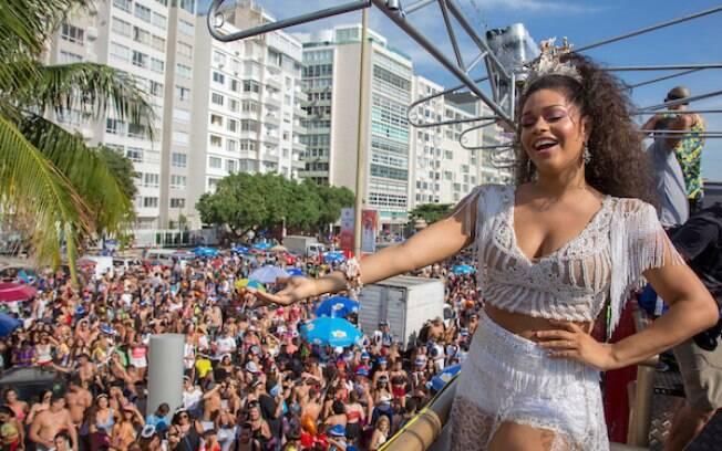 Juliana Alves aposta no branco para o Bloco da Favorita