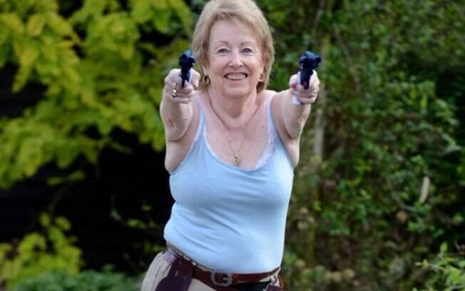 Bridget fazendo cosplay de Lara Croft, do jogo Tomb Raider.