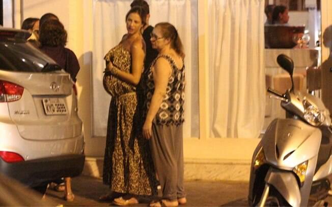 A atriz exibiu a barriga de grávida. Ela e Scooby esperam o primeiro filho, Dom