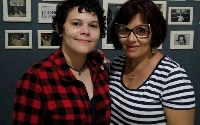 Nanah Farias (à direita) explica como pais podem apoiar melhor os filhos LGBTs