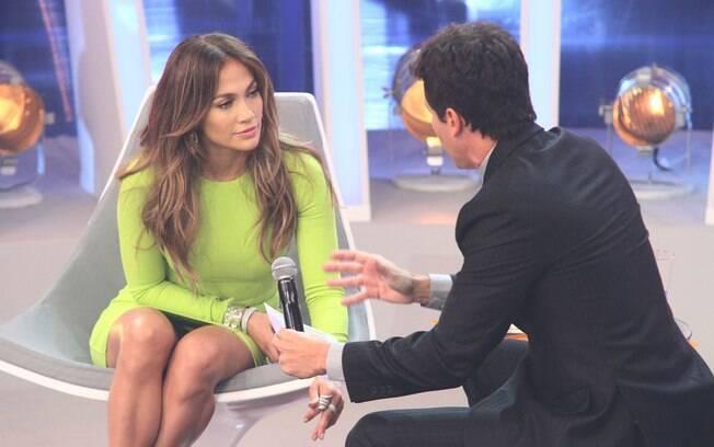 Jennifer Lopez grava com o apresentador: o vestido curto mostra mais do que deveria