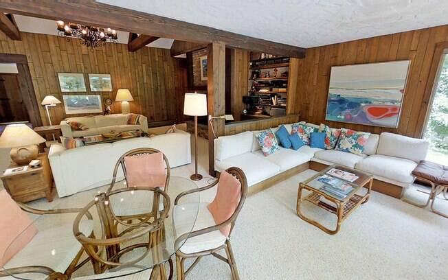 A casa em si possui 325 metros divididos em dois andares, quatro quartos, três banheiros e outros muitos cômodos