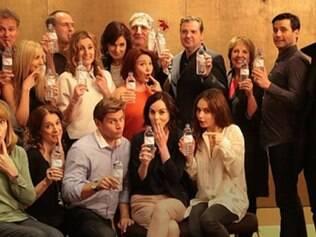 Elenco de 'Downton Abbey' posa com garrafas plásticas